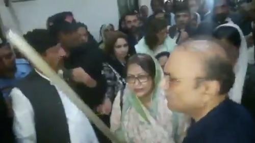 Zardari Sahab ne ghuse me danda utha lia!