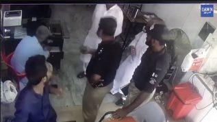 karachi mein thanadar ki bazurg shehri se badtamizi